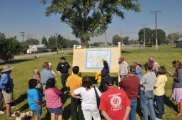 The Incident Commander provides updates to residents. (Courtesy: Inciweb)